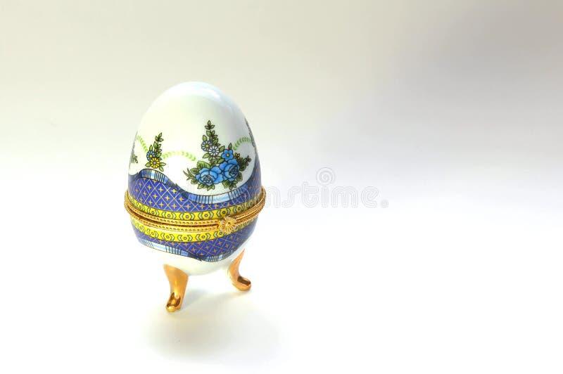 Joyero embellecido para un huevo de oro imagen de archivo