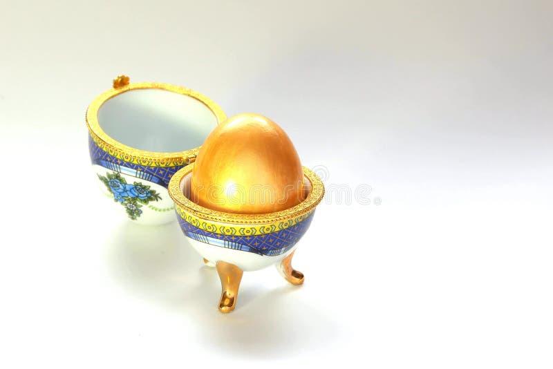 Joyero embellecido para un huevo de oro fotografía de archivo