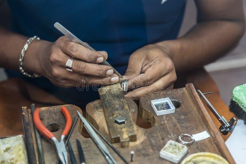 Joyero que hace la joyería hecha a mano en el banco de trabajo del vintage fotografía de archivo
