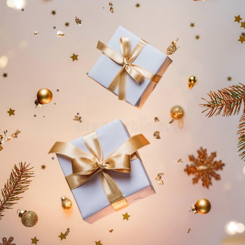 Joyeuse carte de Noël faite de décorations volantes en or, de boîtes-cadeaux, de branches de sapin, de flocons de neige, de mouss photo stock