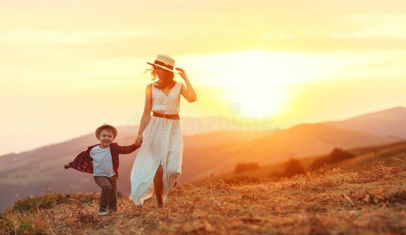 Joyeuse mère de famille et fils enfant riant dans la nature images stock