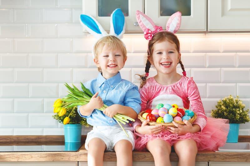 Joyeuses Pâques ! enfants drôles drôles l avec des lièvres d'oreilles obtenant le rea photographie stock libre de droits