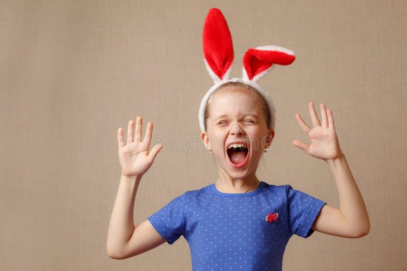 Joyeuses Pâques Fille d'enfant avec des oreilles de lapin image libre de droits