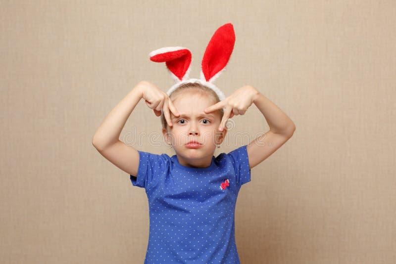 Joyeuses Pâques Fille d'enfant avec des oreilles de lapin photographie stock