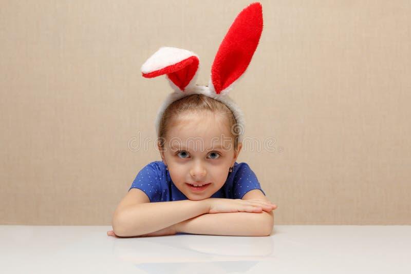 Joyeuses Pâques Fille d'enfant avec des oreilles de lapin images stock