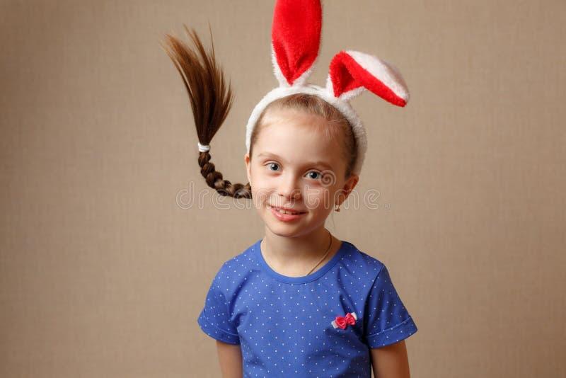 Joyeuses Pâques Fille d'enfant avec des oreilles de lapin photo libre de droits