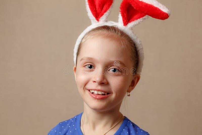 Joyeuses Pâques Fille d'enfant avec des oreilles de lapin photographie stock libre de droits