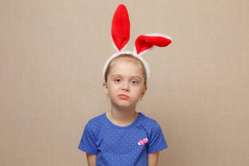 Joyeuses Pâques Fille d'enfant avec des oreilles de lapin images libres de droits
