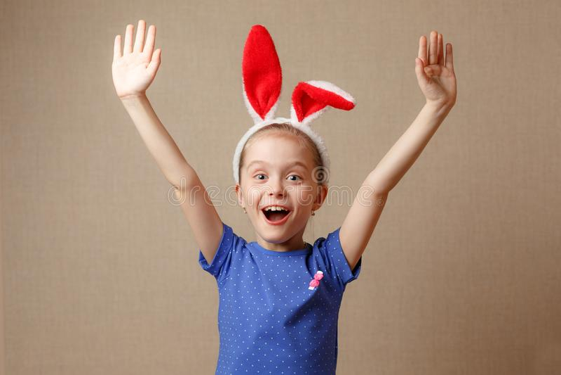 Joyeuses Pâques Le portrait d'une petite fille mignonne s'est habillé dans des oreilles de lapin de Pâques image libre de droits