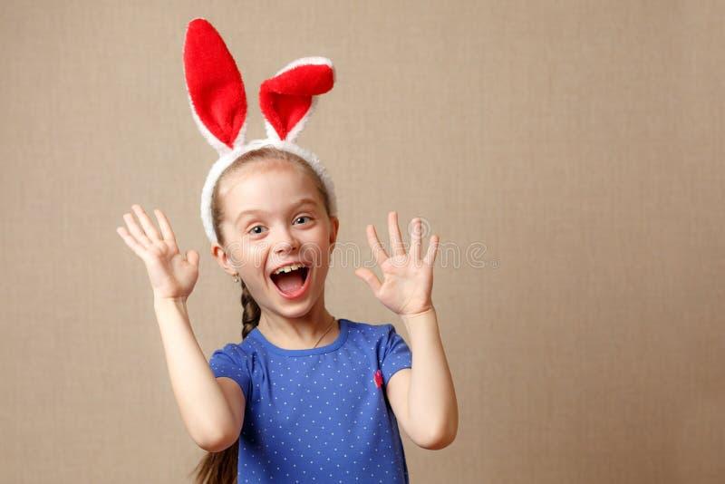 Joyeuses Pâques Le portrait d'une petite fille mignonne s'est habillé dans des oreilles de lapin de Pâques photo libre de droits