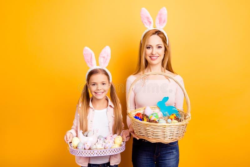 Joyeuses Pâques ! Où est mon chocolat lapin ? Beau t mignon enthousiaste photos stock
