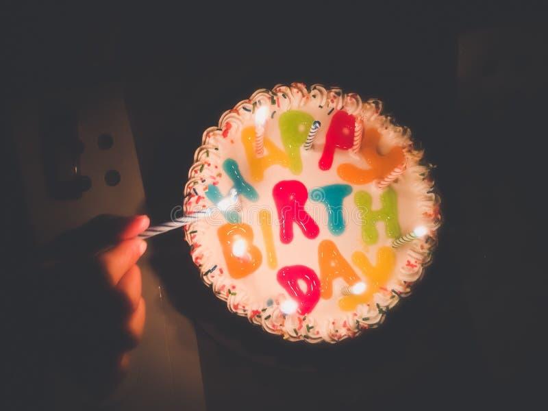 Joyeux anniversaire à la scène de nuit images libres de droits