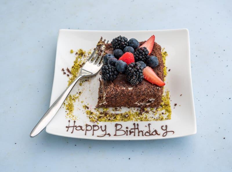 Joyeux anniversaire écrit en glaçage sur le gâteau de chocolat photo stock