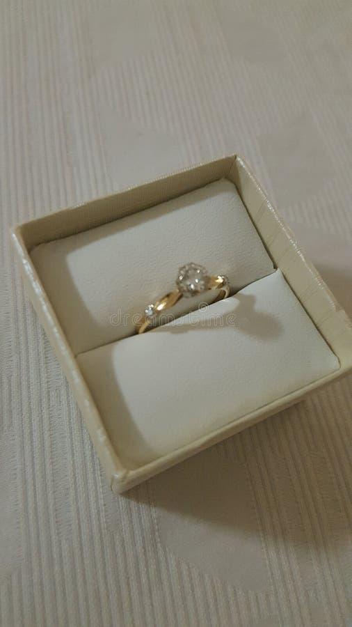 Joyeux anniversaire, anneau bien conçu magnifique de solitaire de diamant photographie stock