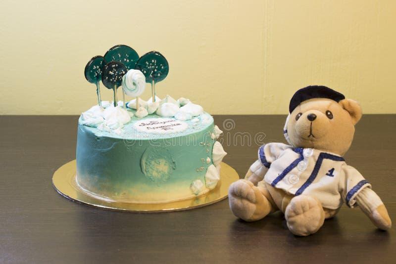 Joyeux anniversaire G?teau de vacances Salutations d'anniversaire Carte de voeux Dix-huit ans Grandir Jouet mou d'ours photographie stock