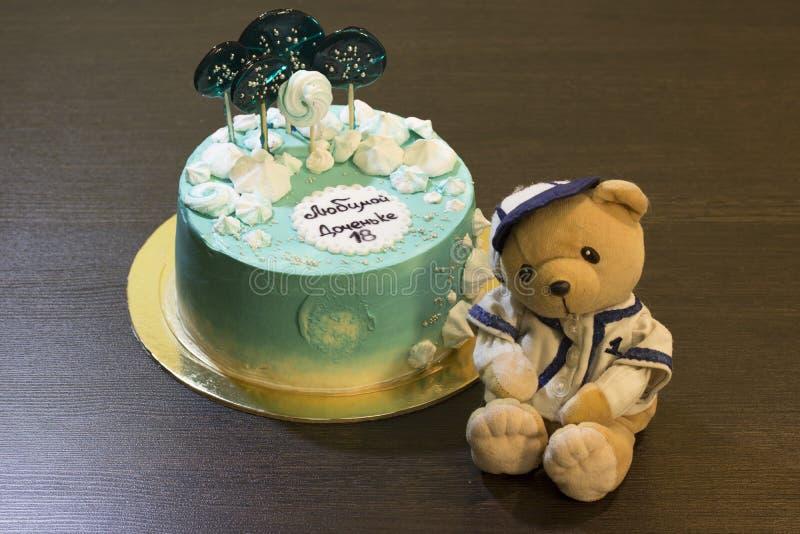 Joyeux anniversaire G?teau de vacances Salutations d'anniversaire Carte de voeux Dix-huit ans Grandir Jouet mou d'ours photographie stock libre de droits