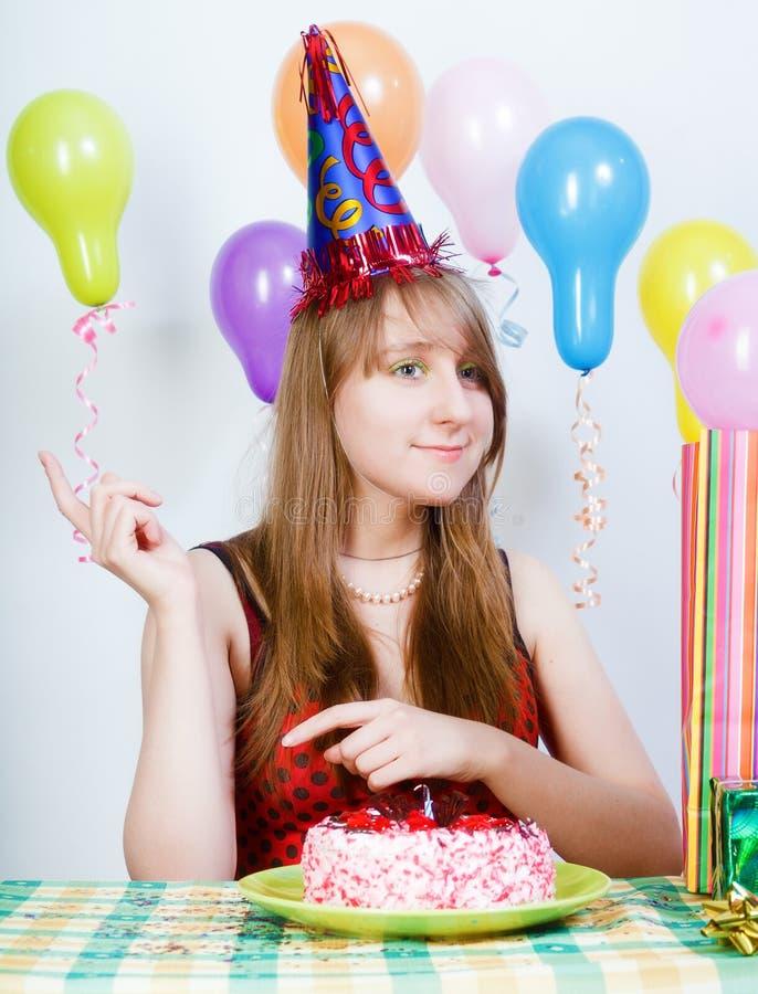 Joyeux anniversaire. Jeune fille attirante avec le gâteau photographie stock libre de droits