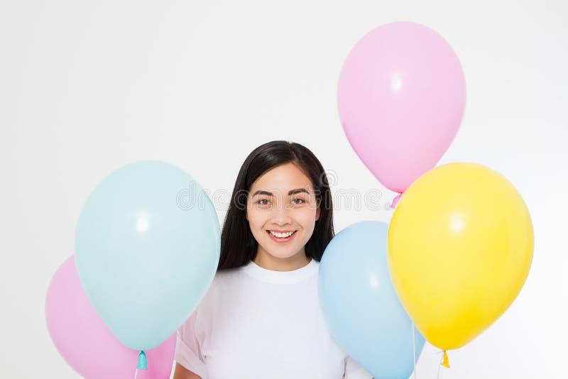 Joyeux anniversaire Partie de ballon Fille asiatique heureuse avec des ballons d'isolement sur le fond blanc Copiez l'espace images stock