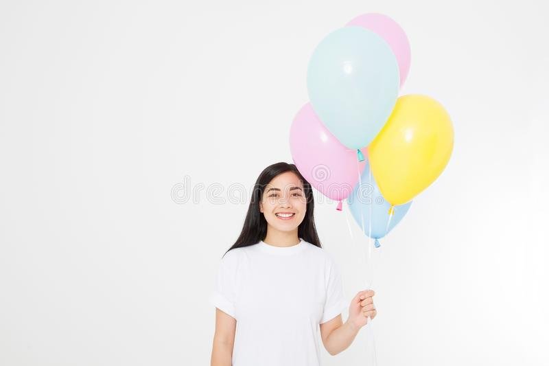 Joyeux anniversaire Partie de ballon Fille asiatique heureuse avec des ballons d'isolement sur le fond blanc Copiez l'espace T-sh image stock