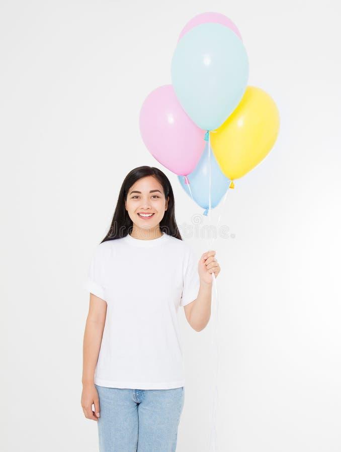 Joyeux anniversaire Partie de ballon Fille asiatique heureuse avec des ballons d'isolement sur le fond blanc Copiez l'espace T-sh image libre de droits