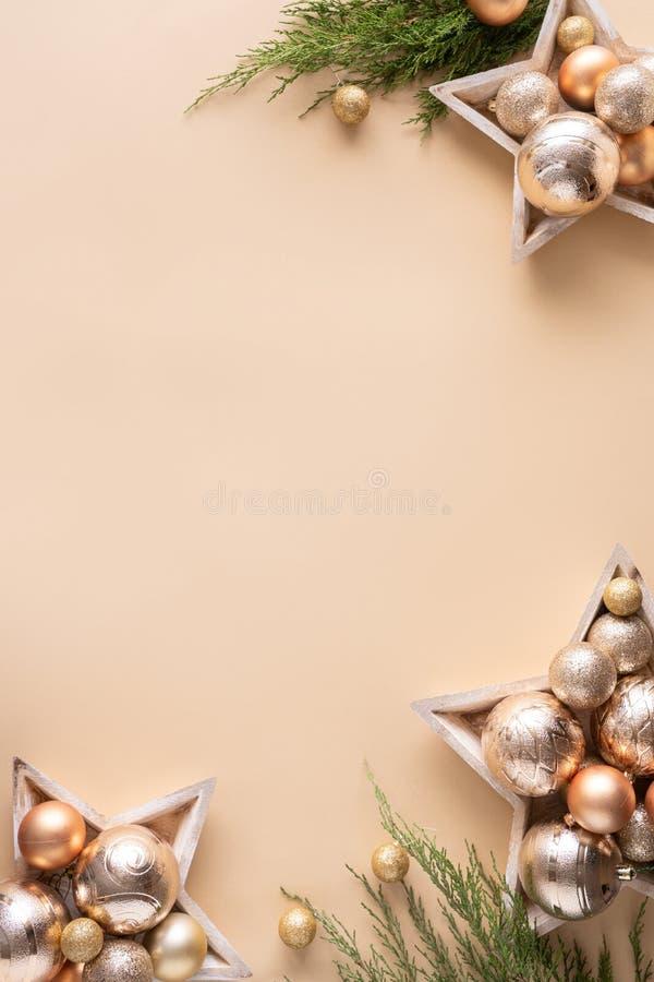 Joyeux bibelots en or de la nouvelle année sur fond beige, vertical photo libre de droits