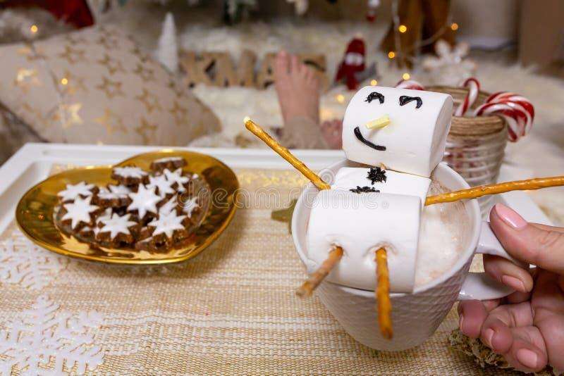 Joyeux bonhomme de neige de marshmallow flotte sur un chocolat chaud à Noël images stock