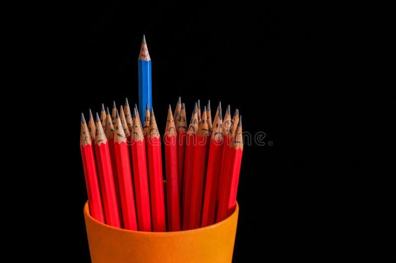 Joyeux crayon parmi triste photographie stock