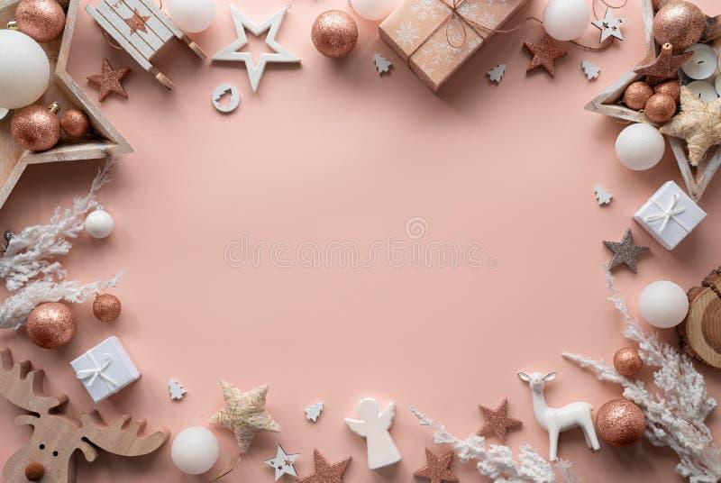 Joyeux décor de Noël joyeux cadre de la nouvelle année cadre de la table rose pastel image libre de droits