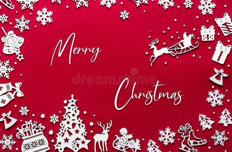 Joyeux décor de Noël en bois blanc sur fond rouge photos stock