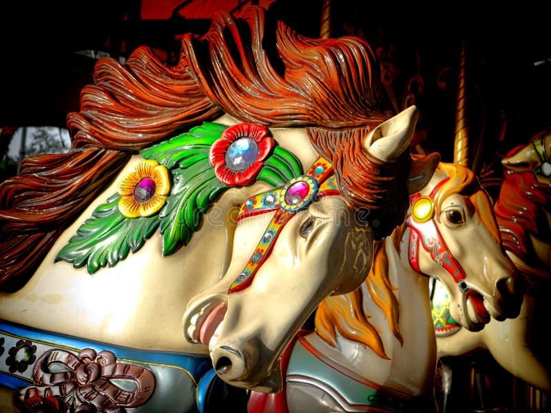 Joyeux disparaissent la tête de cheval décorée par carrousel de rond image libre de droits