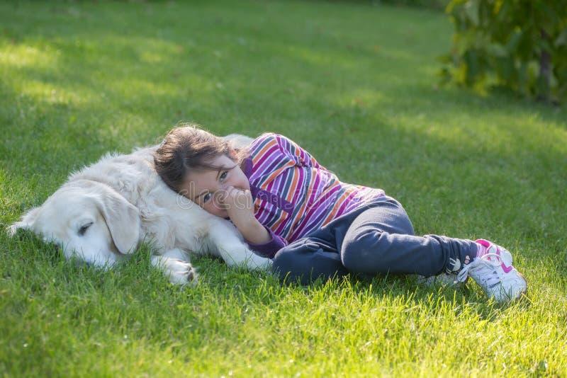 Joyeux enfant jouant avec un chien photographie stock