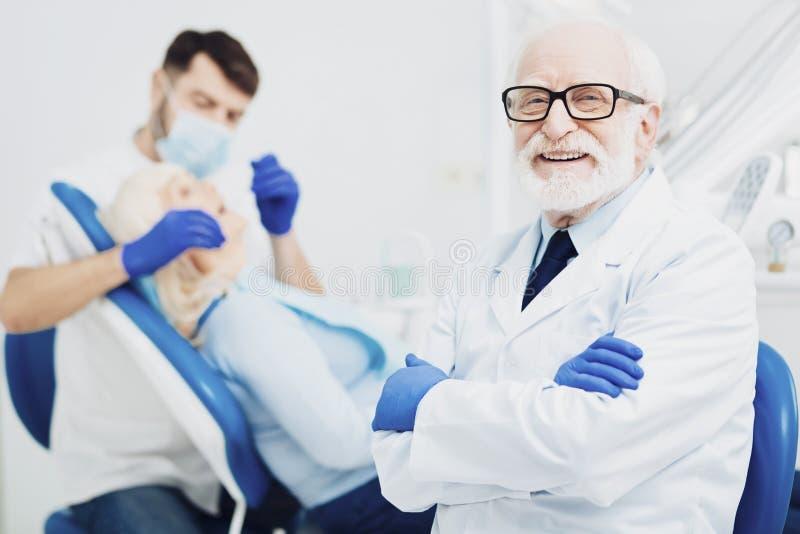 Joyeux interne masculin d'enseignement de dentiste images stock