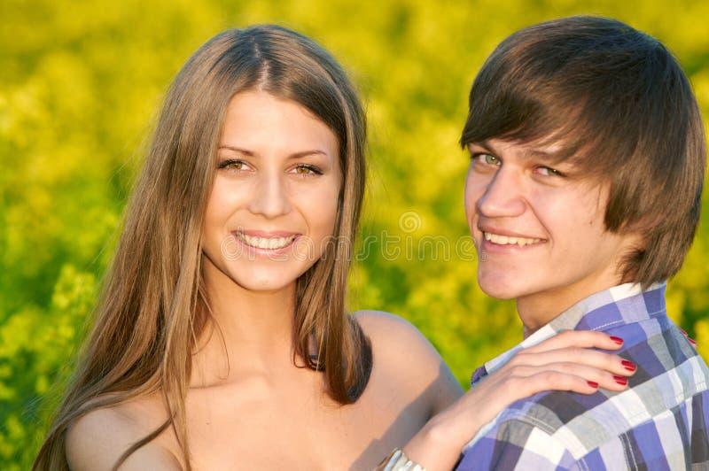 Joyeux jeune couple dehors sur le terrain Relations images libres de droits