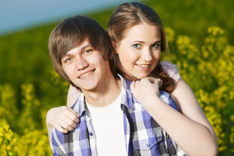 Joyeux jeune couple dehors sur le terrain Relations photographie stock