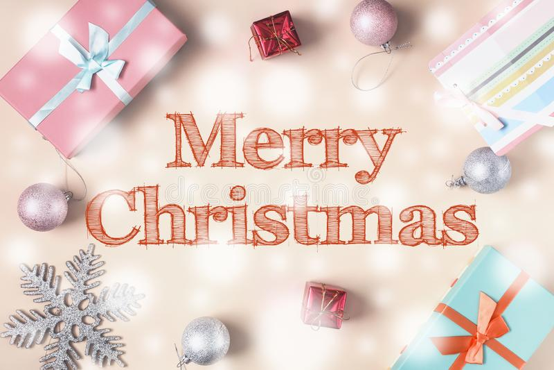Joyeux Noël Au milieu d'un fond beige, l'inscription est dans de belles lettres Écartez autour des boîtes images libres de droits