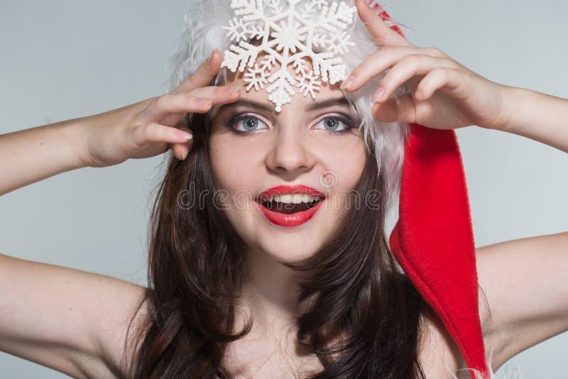 Joyeux Noël Belle jeune femme dans Mme rouge Costu de Claus image stock