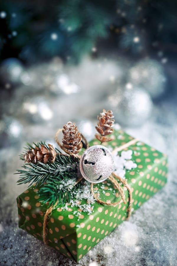 Joyeux Noël et bonne année Cadeau de Noël et arbre de Noël sur le fond en bois foncé images libres de droits