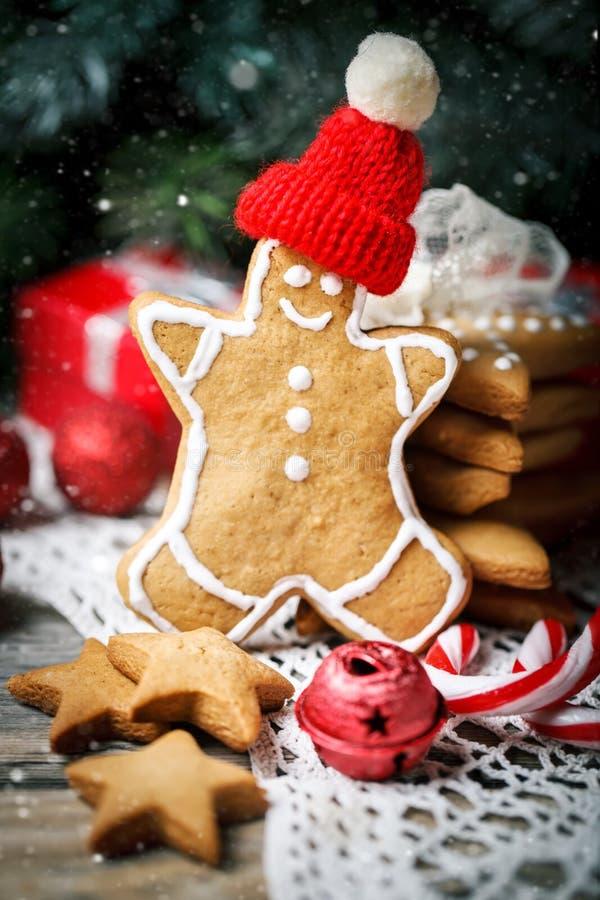 Joyeux Noël et bonne année Cadeaux de biscuits et branches d'arbre de sapin sur une table en bois Foyer sélectif Noël images stock