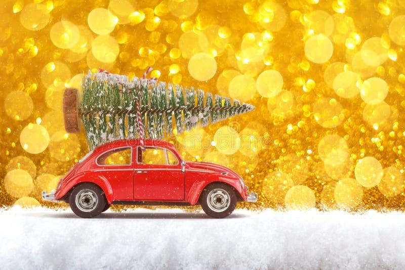 Joyeux Noël et bonne année Carte postale ou affiche Petite voiture rouge classique portant le sapin de Noël sur sa porte photographie stock