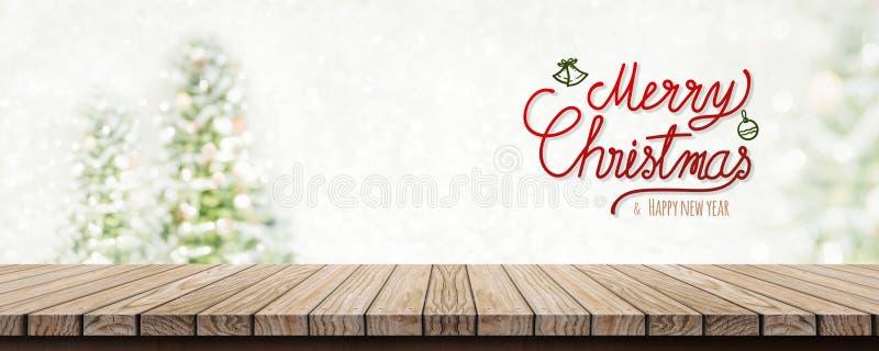 Joyeux Noël et bonne année d'écriture rouge au-dessus de l'étiquette en bois images stock
