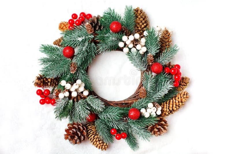 Joyeux Noël et bonne année Guirlande décorative de Noël sur un fond clair Fond avec l'espace de copie dessus image stock