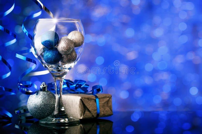 Joyeux Noël et bonne année Un fond du ` s de nouvelle année avec des décorations de nouvelle année Carte du ` s de nouvelle année photo libre de droits