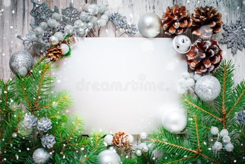Joyeux Noël et bonne année Un fond du ` s de nouvelle année avec des décorations de nouvelle année Carte du ` s de nouvelle année image libre de droits