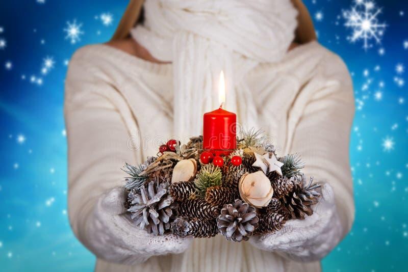 Joyeux Noël et bonnes fêtes ! Une jeune femme dans des vêtements tricotés par blanc tient un chandelier avec une bougie photos stock