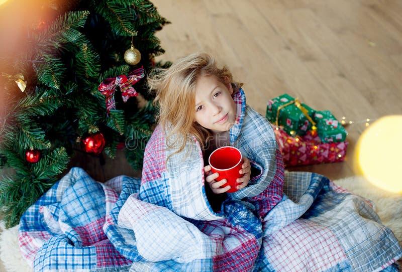 Joyeux Noël et joies fêtes !Le matin de Noël un enfant heureux boit du cacao images libres de droits