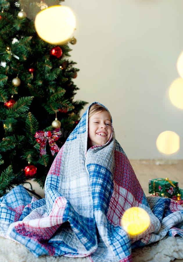 Joyeux Noël et joies fêtes !Le matin de Noël un enfant heureux boit du cacao image stock