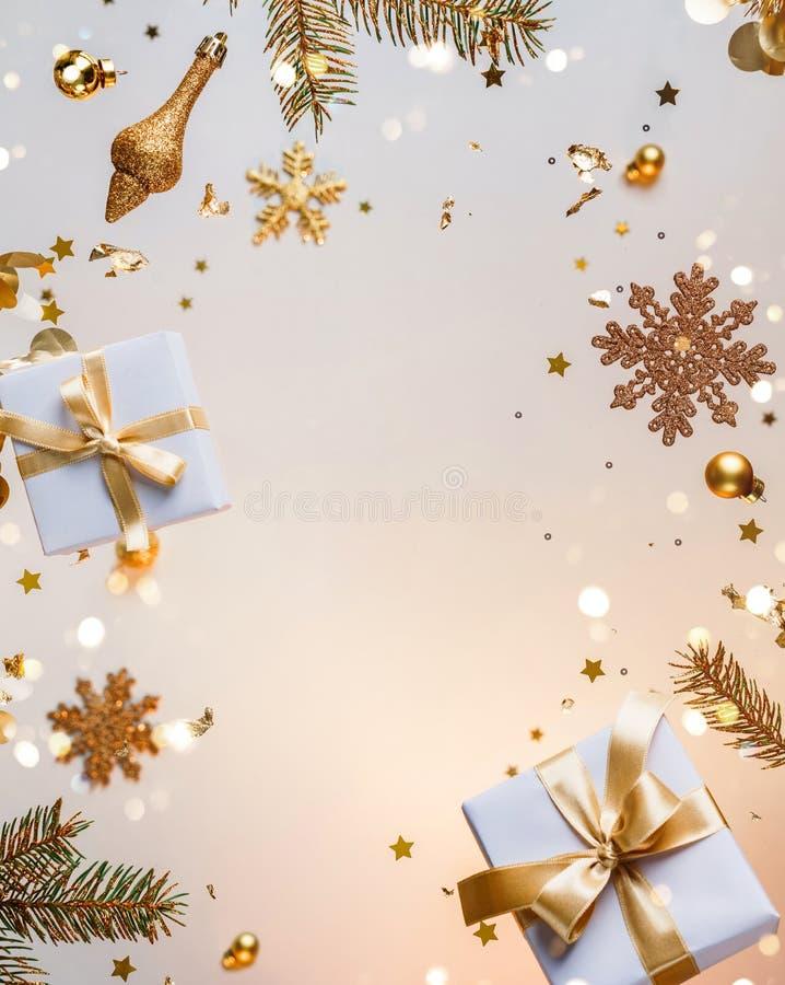 Joyeux Noël et Nouvel An Carte de vacances de Noël faite de décorations volantes, de branches de sapin d'or, de boules, de flocon image stock
