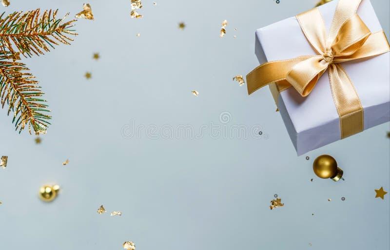 Joyeux Noël et Nouvel An Carte de vacances de Noël faite de décorations volantes, de branches de sapin d'or, de boules, de flocon images stock