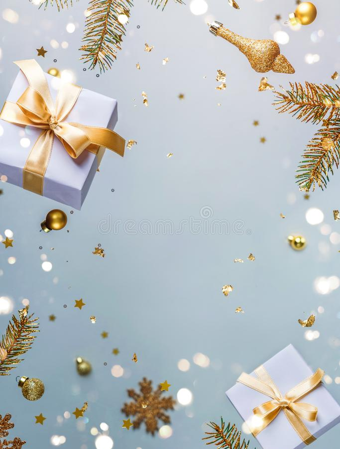 Joyeux Noël et Nouvel An Carte de vacances de Noël faite de décorations volantes, de branches de sapin d'or, de boules, de flocon photographie stock libre de droits