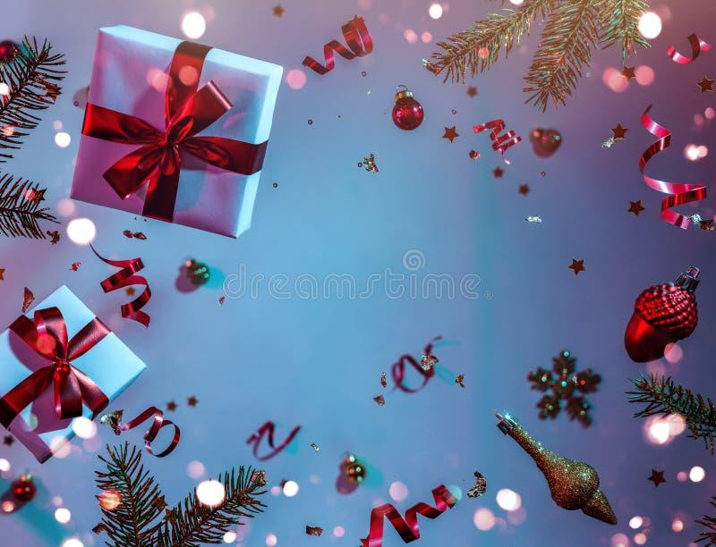 Joyeux Noël et Nouvel An Carte de vacances de Noël faite de décorations volantes, branches de sapins, boules, flocons de neige, é image stock